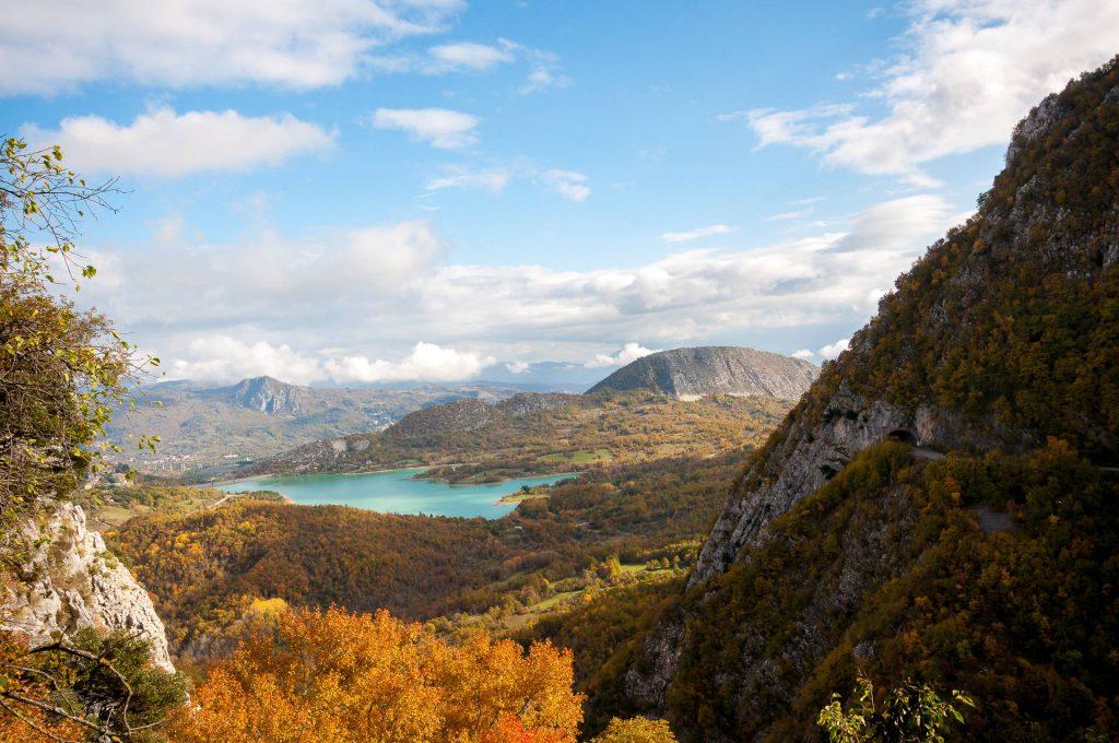 lago di castel san vincenzo visto dall'eremo di san michele a foce isernia molise
