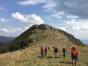 Escursionisti con alle spalle il Monte San Nicola (1517 m s.l.m.)